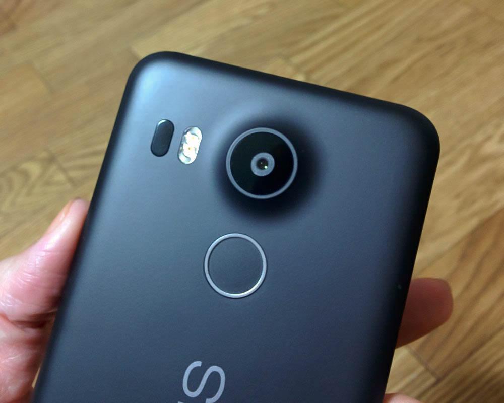 Nexus5Xの裏面にある指紋認証パネル